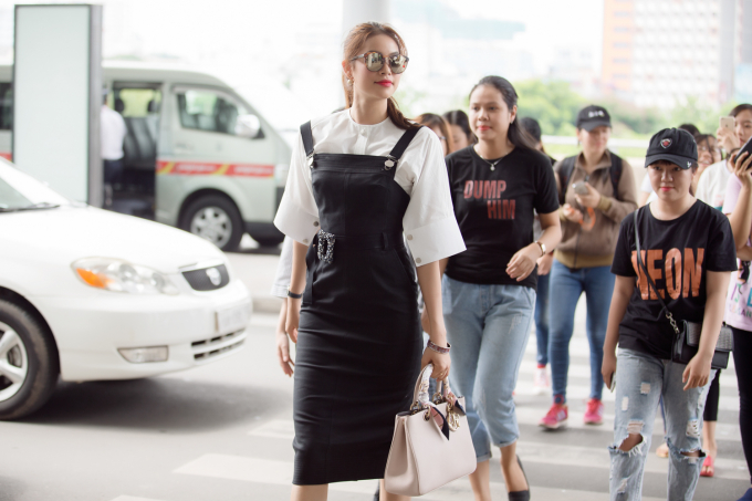 Hoa hậu Phạm Hương diện set đồ hiệu trẻ trung sang Thái quay quảng cáo