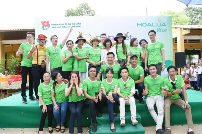 Việt Quang ngoài việc tích cực tham gia từ thiện sau khi trở lại showbiz.