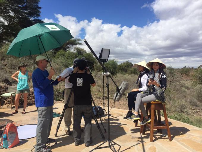 Sau khi rời sân bay, Phạm Hương và Lệ Hằng đã đội nón lá để bắt tay ngay vào công việc phỏng vấn cho phim tài liệu của WildAid sản xuất, sẽ được phát hành tại Việt Nam trong thời gian tới.