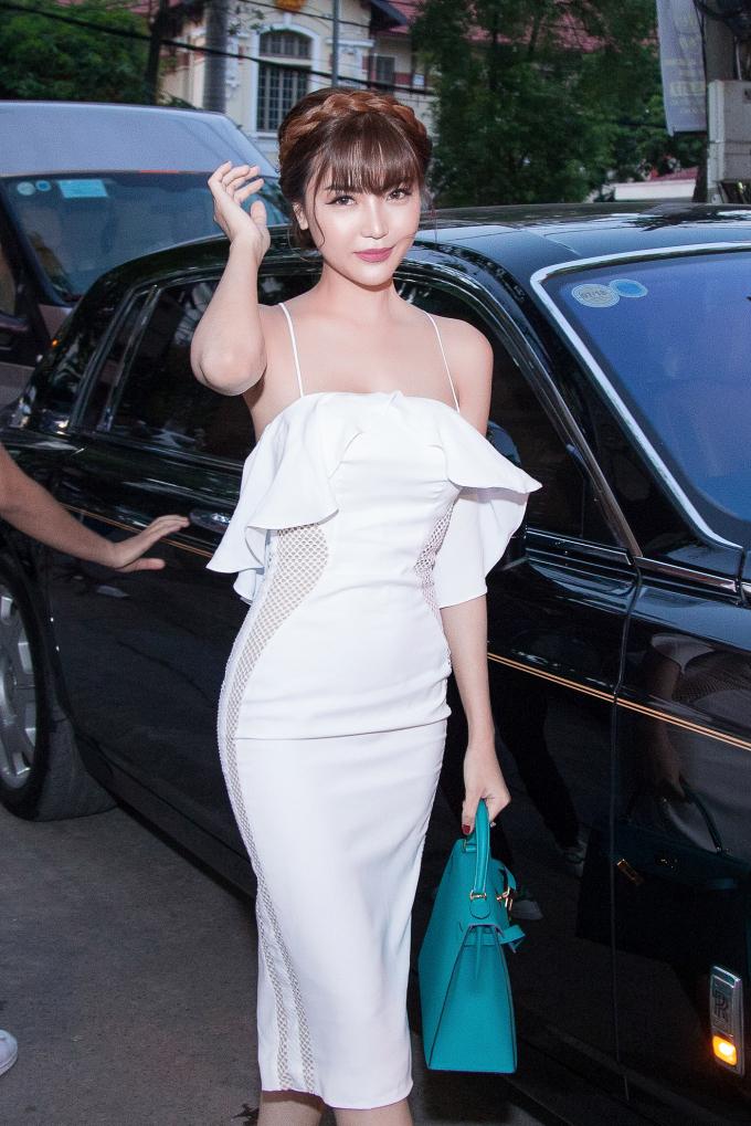 Hoa hậu Ngọc Duyên đi siêu xe 70 tỷ đến dự show Vũ Thu Phương