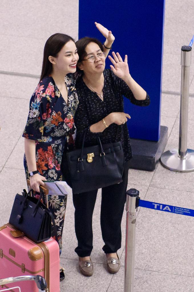 Giang Hồng Ngọc ôm tạm biệt cha ở sân bay trước khi sang Mỹ lưu diễn