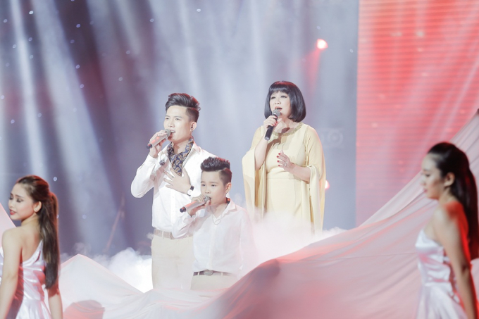 Anh Tú đến từ team Đông Nhi hòa giọng cùng nữ ca sĩ Cẩm Vân và bé Nhật Minh - Quán quân The Voice Kids 2015 qua ca khúc của cố nhạc sĩ Trịnh Công Sơn mang tên
