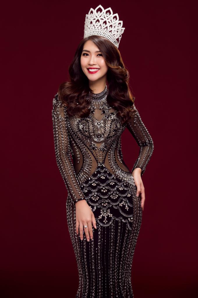 """""""Hoa hậu The Face"""" Tường Linh tung ảnh đội vương miện quyền lực"""