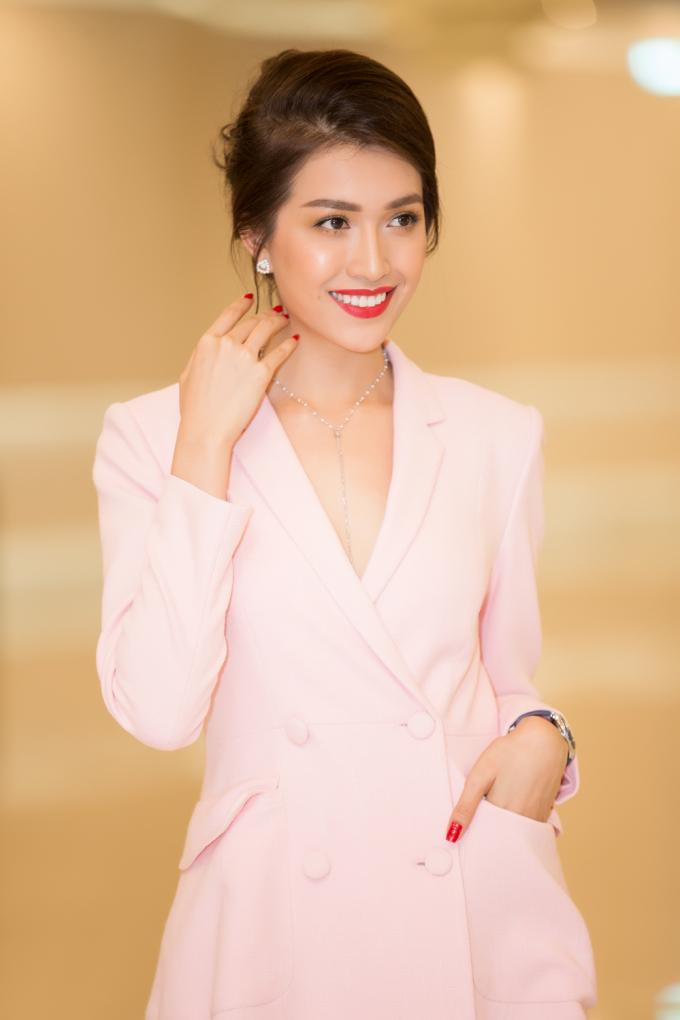Lệ Hằng nổi bật với trang phục vest nằm trong bộ sưu tập mới nhất mang tên