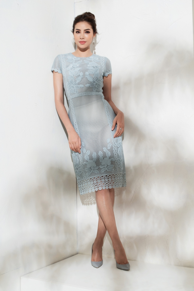 Kết hợp cùng đôi hoa tai ton-sur-ton với mái tóc được búi cao, vẻ quý phái của nàng hoa hậu như được nâng lên.