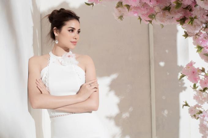 Sự bắt mắt của bộ trang phục còn phải kể set phụ kiện thời thượng cùng đôi cao gót tôn dáng của đương kim Hoa hậu Hoàn vũ Việt Nam.