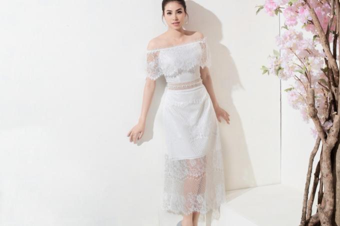 Phạm Hương tiếp tục chứng tỏ đẳng cấp khi diện chiếc váy màu trắng có chất liệu ren xuyên thấu chủ đạo. Bộ trang phục đến từ thương hiệu Amy thiết kế tinh tế với phần ren đổ, tôn lên quyến rũ của hoa hậu.
