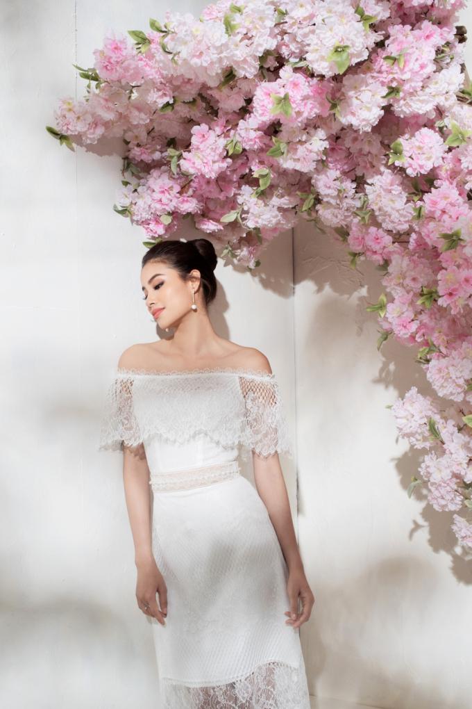 Lựa chọn phối cùng giày cao gót màu pastel với đôi bông tai ton-sur-ton chiếc váy tăng tính thời thượng cho kiểu đồ.