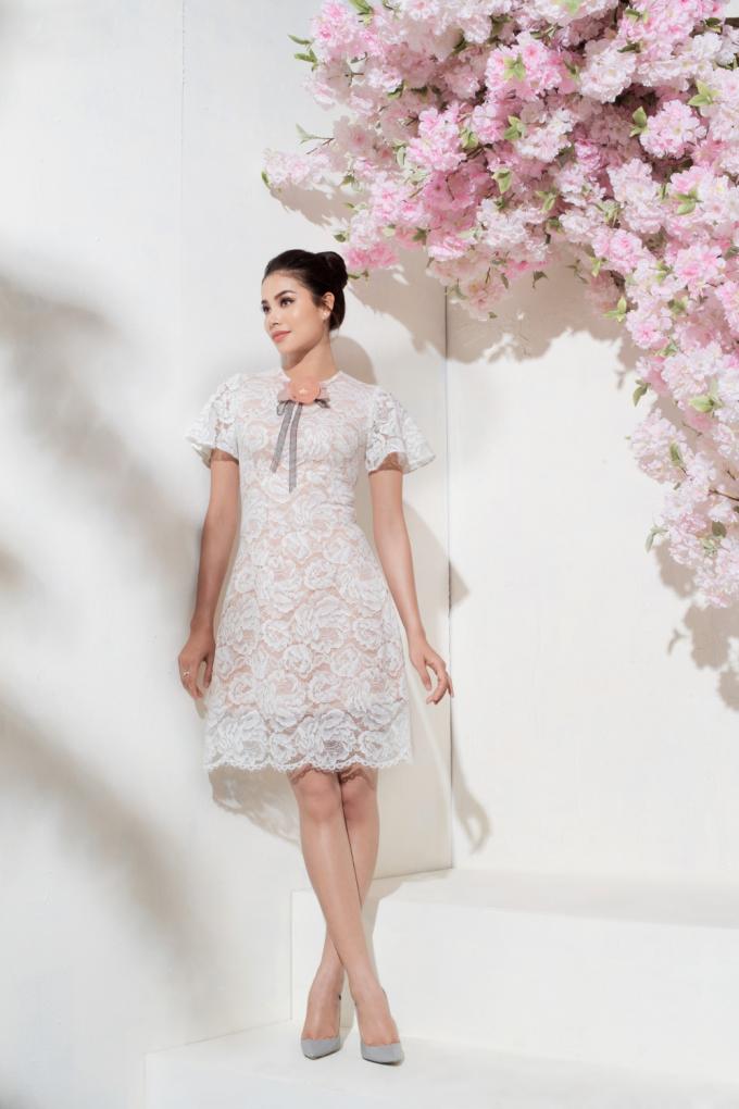 Bộ váy chữ A cổ điển cùng gam màu trắng chủ đạo khiến Phạm Hương thêm phần xinh yêu. Với họa tiết hoa được thiết kế tinh tế trải dài bộ cánh mang đến cảm giác nhẹ nhàng, bay bổng cho người mặc.