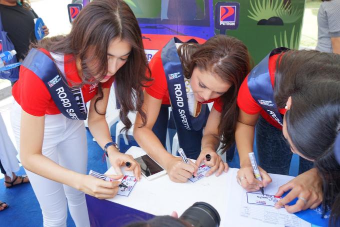 Lệ Hằng và dàn người đẹp Hoa hậu Hoàn vũ trao học bổng cho trẻ em nghèo