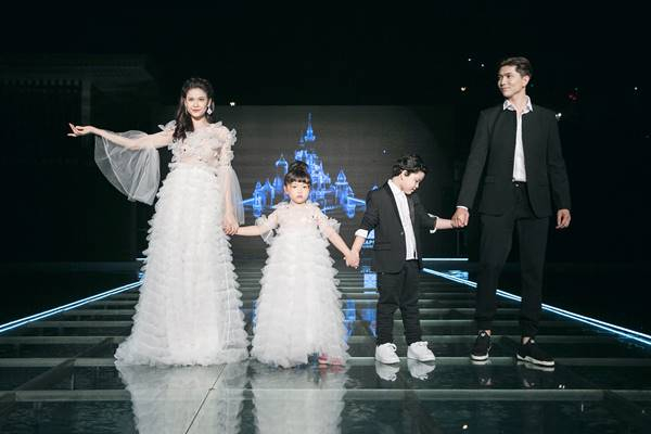 """Cặp đôi Tim – Trương Quỳnh Anh cũng xuất hiện đầy ấn tượng trình diễn những thiết kế trong BST """"No 2 – Dreaming""""."""
