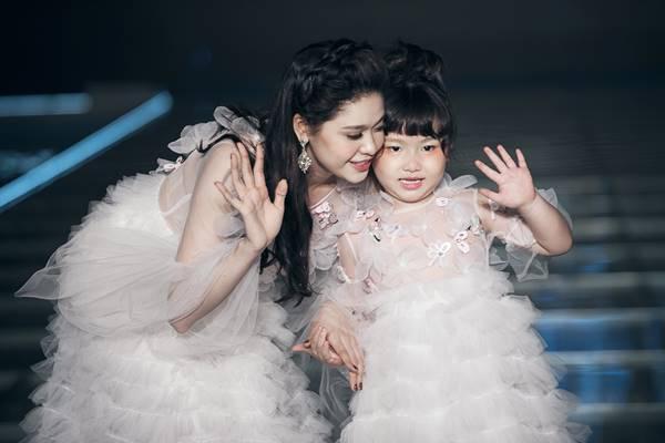 Cặp đôi đã cùng nắm tay bé Sushi và bé Lê Trà Mi (bé Bông) – cháu NTK Lê Minh Ngọc mở màn cho BST của Thảo Nguyễn đầy cuốn hút.