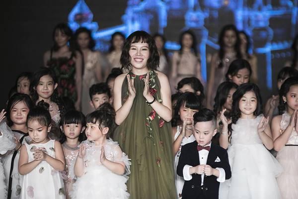 Các form váy dự tiệc, dã ngoại được xử lý tinh tế tạo nên một tổng thể hài hòa giữa tính mỹ thuật và ứng dụng.