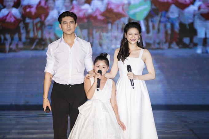 Tim - Trương Quỳnh Anh và bé Khánh Ngọc thể hiện ca khúc Cho con tuổi thơ.