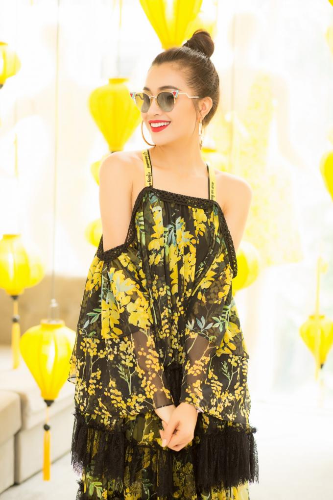 Hoa hậu Mỹ Linh, Á hậu Lệ Hằng đọ sắc với hoạ tiết hoa tử đằng, mimosa vàng rực