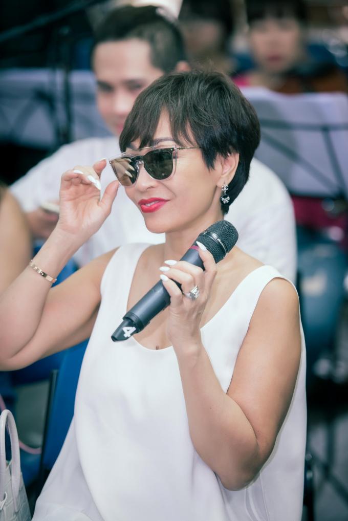 Ca sĩ Khánh Hà trẻ trung đến phòng tập nhạc.