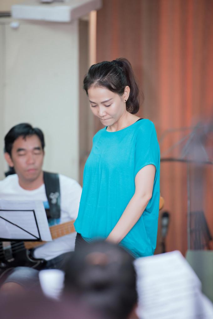 """Thu Minh """"nhợt nhạt"""" trong buổi luyện tập cùng ca sĩ Khánh Hà cho live concert Fire Phoenix"""