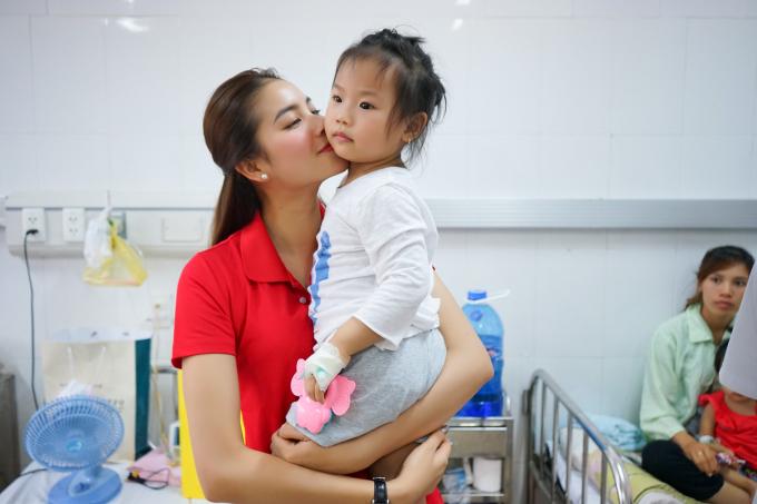 Hoa hậu Phạm Hương đến thăm các em nhỏ.