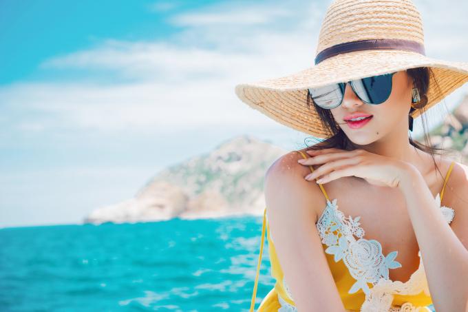 Diện mốt sắc vàng, Lệ Hằng đầy xinh đẹp và cuốn hút giữa biển trời thiên nhiên