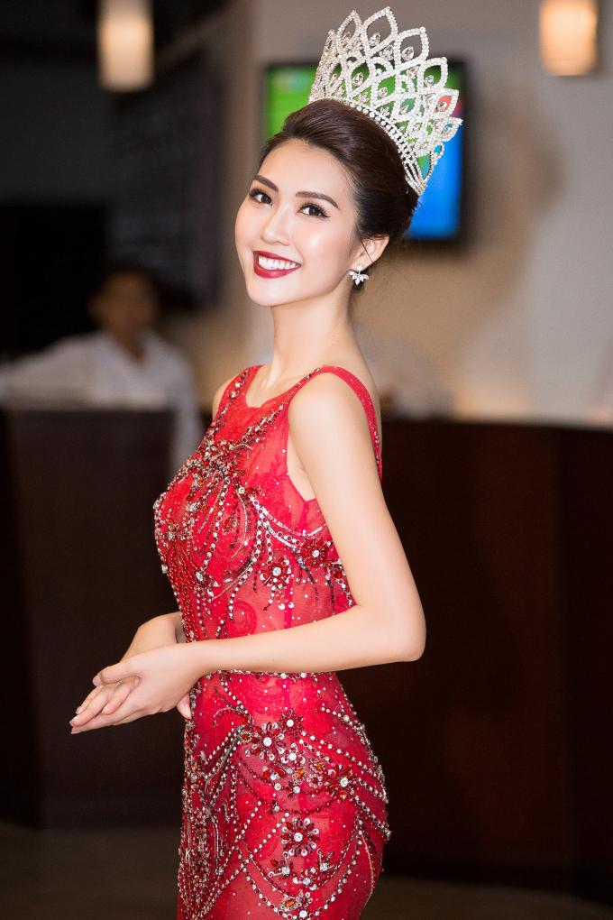 Tường Linh diện bộ váy dạ hội đỏ rực của NTK Đỗ Long.