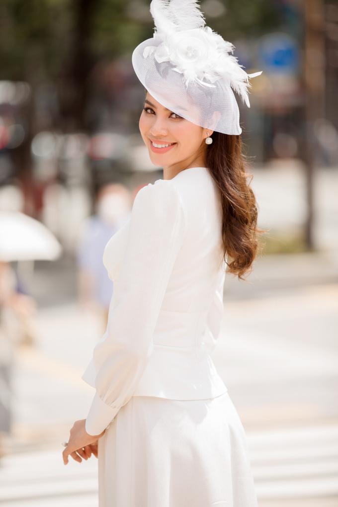 Phạm Hương diện đầm trắng cổ điển thăm Lãnh sự quán Việt Nam tại Fukuoka, Nhật Bản