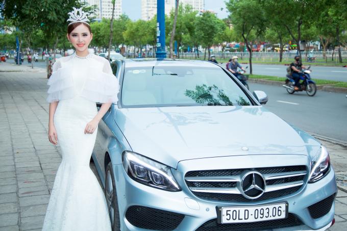 Lương Lê đến dự trong buổi tiệc của mình cô cũng mang chiếc vương niệm kim cương đẹp lộng lẫy.Nhiều bạn bè người đẹp trong giới thời trang đến tham dự và chúc mừngtân hoa khôi thanh lịch 2017 Lương Lê.