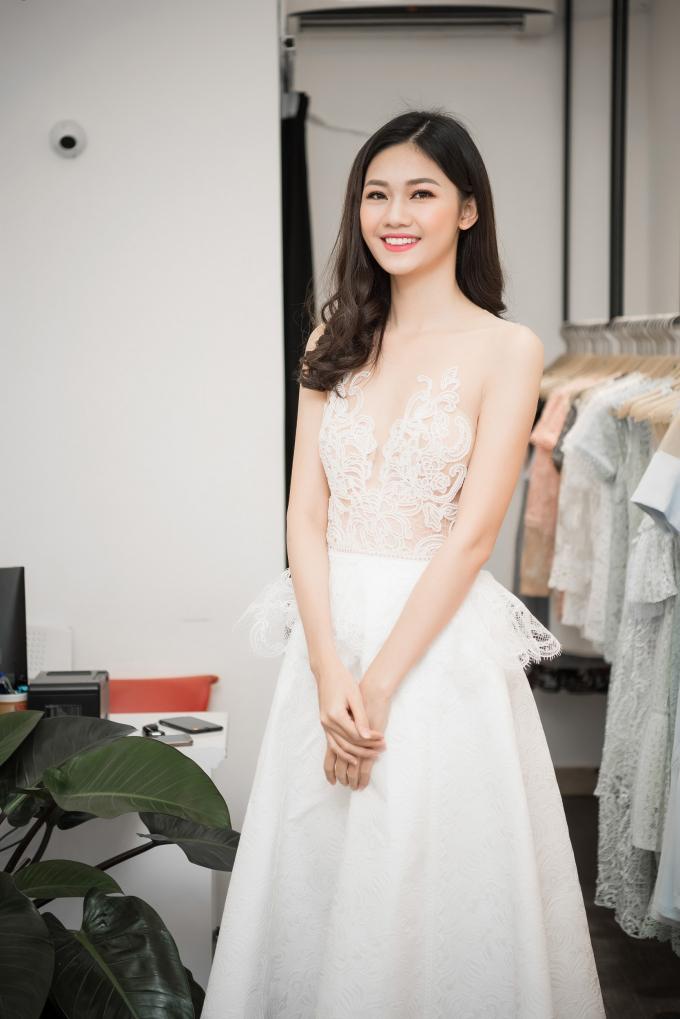 Có mặt tại showroom, Á hậu Thanh Tú thu hút bởi nhan sắc xinh như thiên thần trong loạt váy ren xuyên thấu. Bộ váy màu trắng đầu tiên được thêu hoạ tiết thủ công cầu kỳ ở phần thần trước, tôn lên vẻ ngoài nổi bật cho Á hậu Việt Nam.