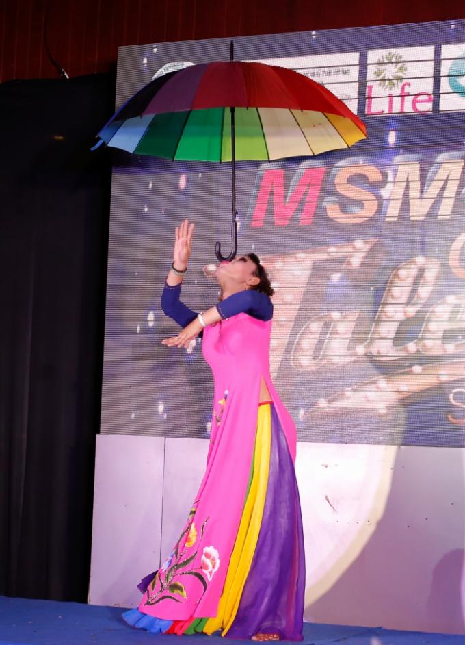 Nổi da gà với các tiết mục múa lửa, ăn than, nâng ghế bằng răng của của thí sinh MSM TG Got Talent