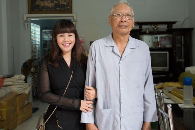 Hoa hậu Hằng Nguyễn bên bác Tám Lăng.