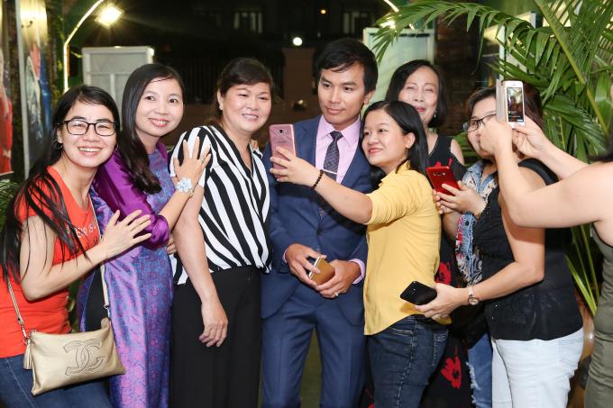 Khán giả háo hức với liveshow chung của ca sĩ Mạnh Quỳnh và Phi Nhung.