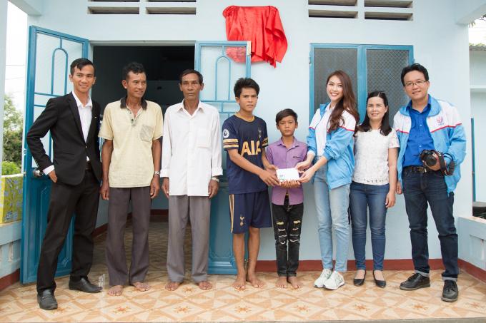 Tường Linh cũng tặng thêm 5 triệu đồng tiền mặt cho 2 anh em Viễn.