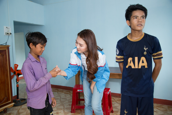 Hoa hậu Tường Linh về miền núi tặng nhà cho 2 anh em mồ côi