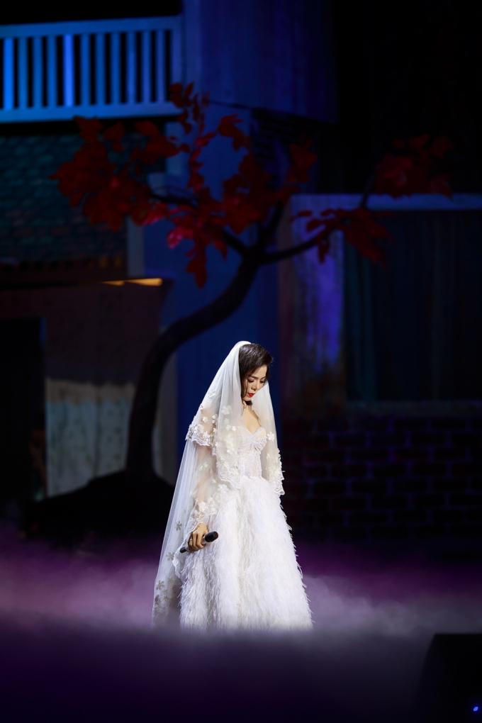 Lệ Quyên xinh đẹp trong chiếc váy cưới.