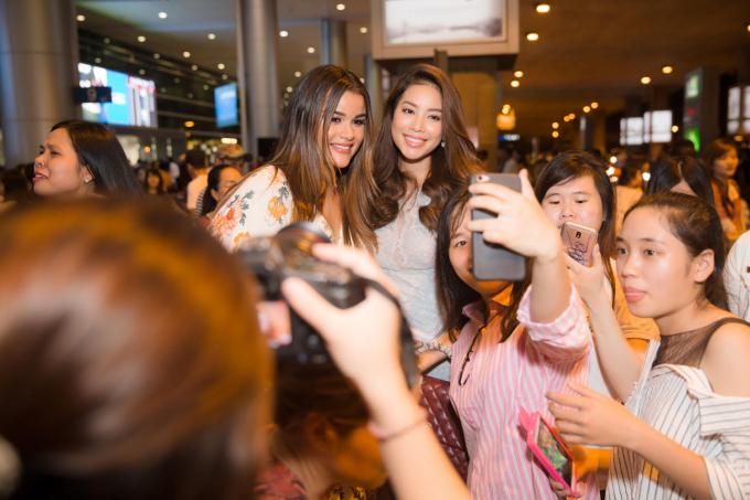 Người đẹp thân thiện chụp ảnh cùng khán giả.