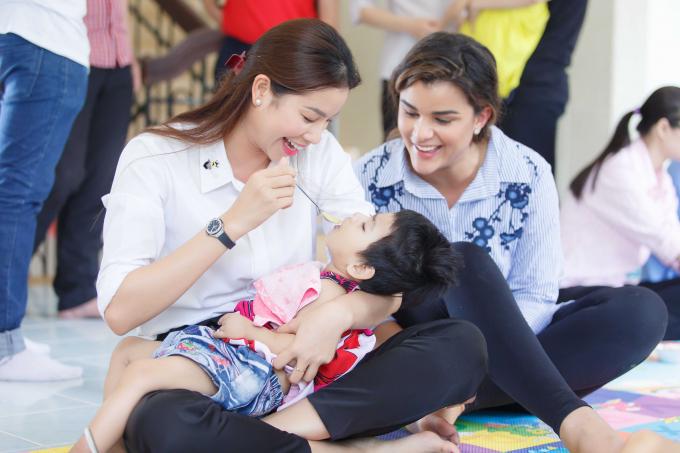 Clarissa còn vô cùng ngưỡng mộ khi chứng kiến cảnh Phạm Hương bế và cho em bé ăn.