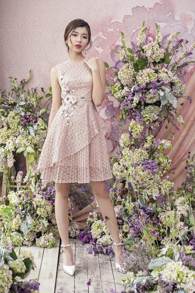 Đồng Ánh Quỳnh biến hoá đa dạng với sắc hồng pastel từ hình ảnh nữ tính, thanh lịch cho đến quyến rũ, táo bạo. Với váy phân tầng, nữ người mẫu duyên dáng với váy ngắn trên gối được tạo điểm nhấn bằng cấu trúc lệch hiện đại hay điệu đà với những tầng ren xếp ly đan chồng lên nhau.