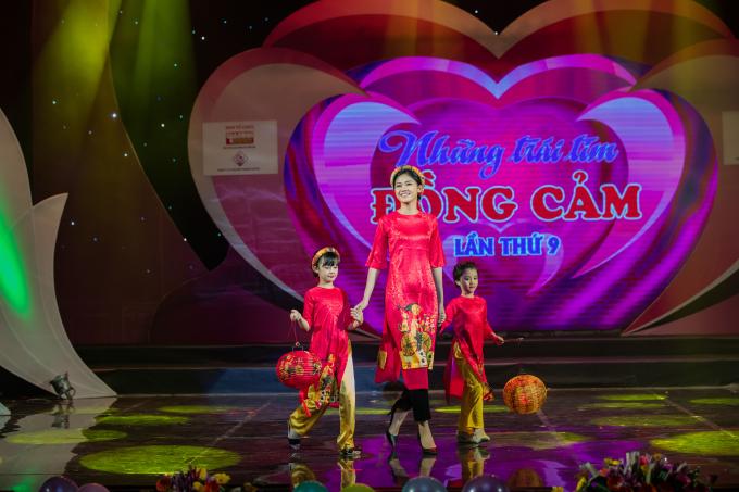 Hồng Quế bế con gái diễn áo dài cho Hoa hậu Ngọc Hân