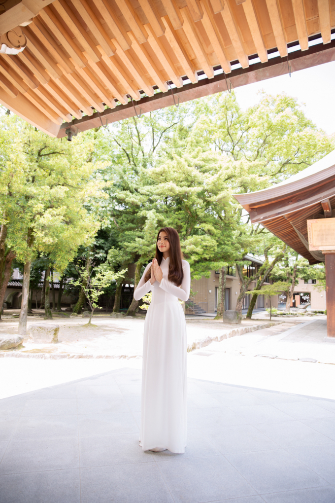 Hoa hậu Phạm Hương mặc áo dài trắng thăm đền thiêng Hakozaki- Nhật Bản