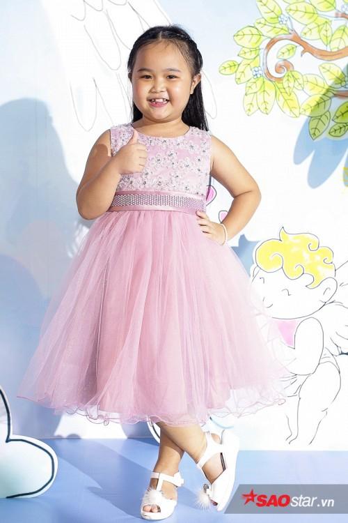 Bé Kim Thư trong vai bé Nắng chinh phục khán giả bằng lối diễn xuất tự nhiên.