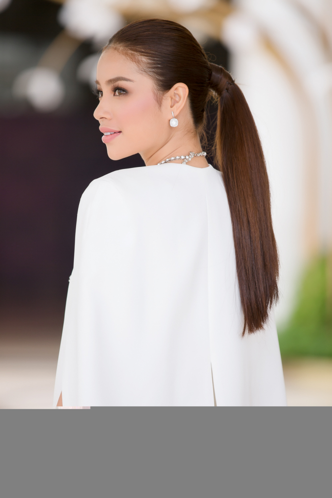 Hoa hậu Phạm Hương toát thần thái quyền lực khi đảm nhận vai trò