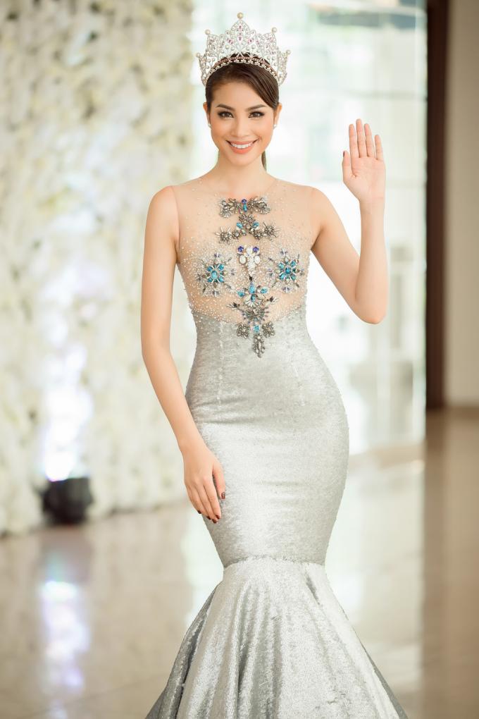 Phạm Hương biến đổi phong cách liên tục, khoe nhan sắc rạng rỡ đến mê mẩn
