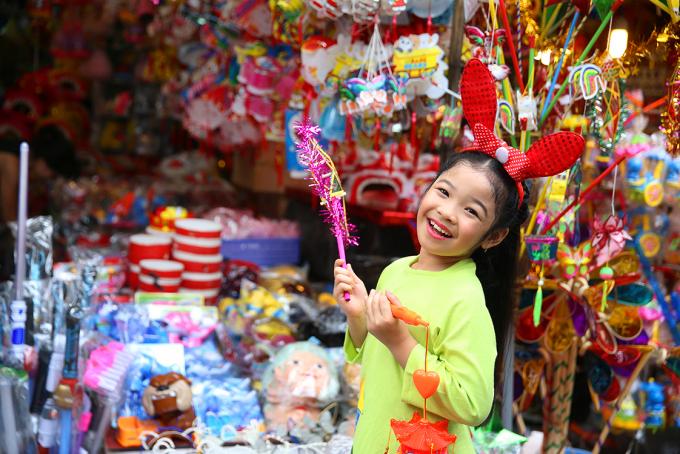 Hai thiên thần nhí Linh Chi và Trường Giang diện áo dài dạo phố Trung Thu