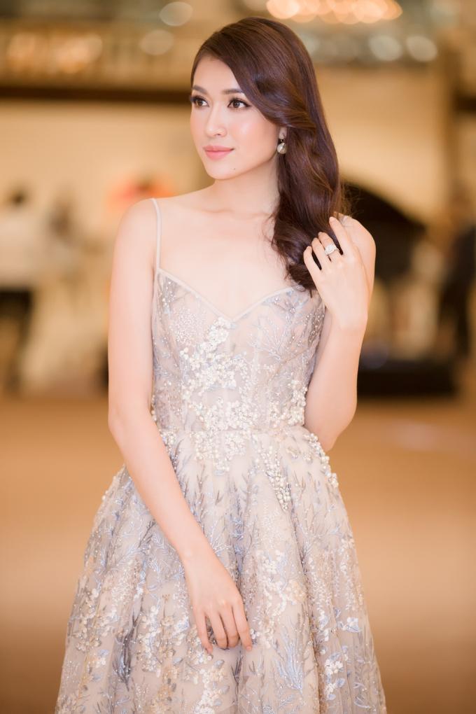 """Á hậu Lệ Hằng đảm nhận vai trò host của một tập ghi hình chương trình truyền hình thực tế """"Tôi là Hoa hậu Hoàn vũ Việt Nam""""."""