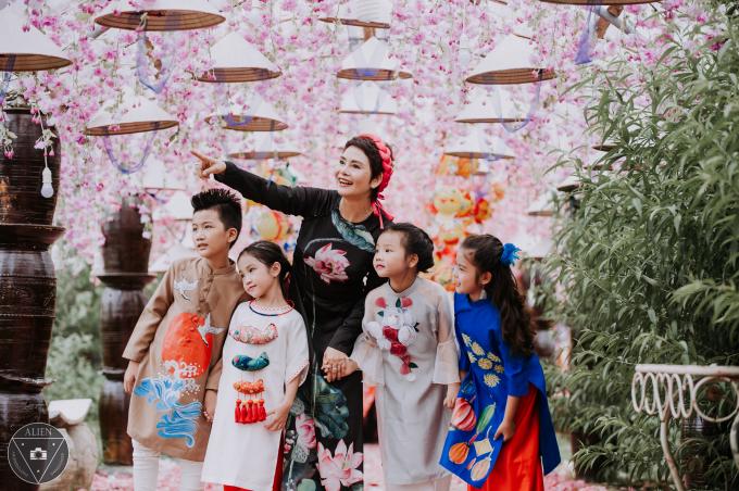 Bộ ảnh Trung thu được nữ nghệ sĩ thực hiện như một món quà dành tặng cho con gái Kiều Linh ở phương xa!