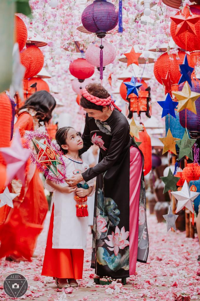 Khoảnh khắc tự nhiên của NSND Minh Châu bên những thiên thần đáng yêu là mẫu nhí Gia Hưng, Linh Chi, Gia Hân và Hà Anh.