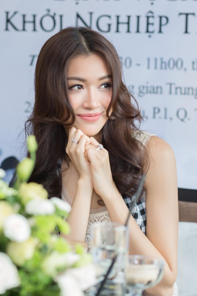 """Lệ Hằng lần đầu chia sẻ về """"thất bại đến dại đột"""" tại Hoa hậu Hoàn vũ 2015"""