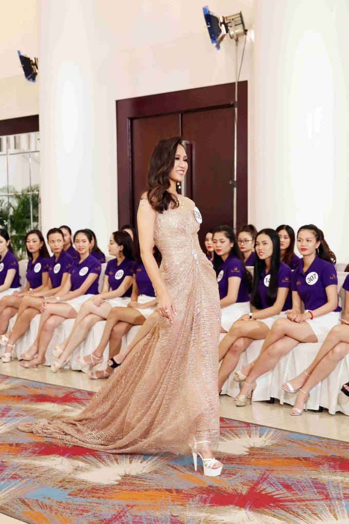 """Ngắm nhìn phần trình diễn trang phục dân tộc trong tập 2 """"Tôi là Hoa hậu Hoàn vũ Việt Nam"""""""