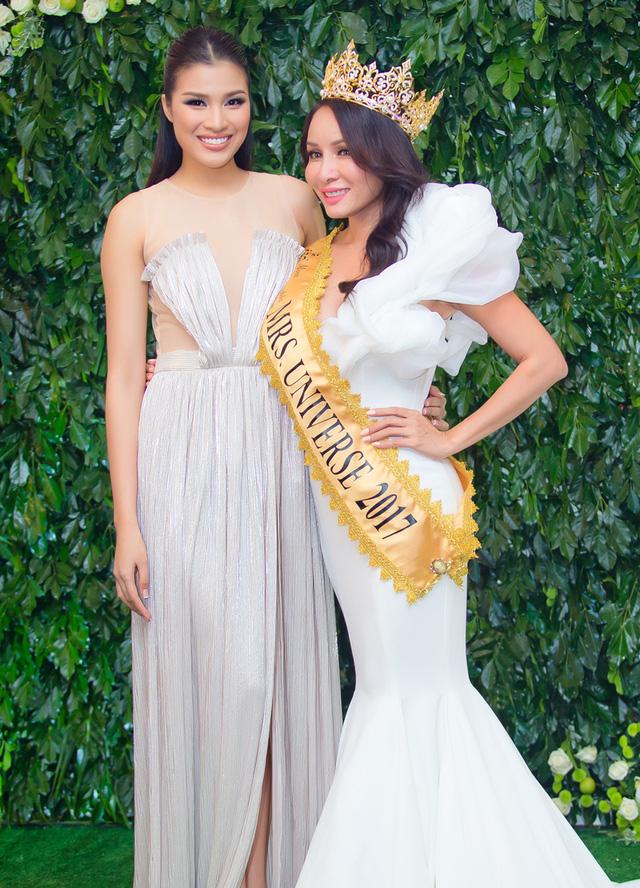 Hoa hậu Lưu Hoàng Trâm đăng quang tại Mrs Universe 2017.