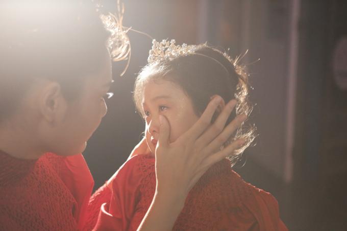 Hoa hậu Hương Giang cùng con gái trước khi lên sân khấu.