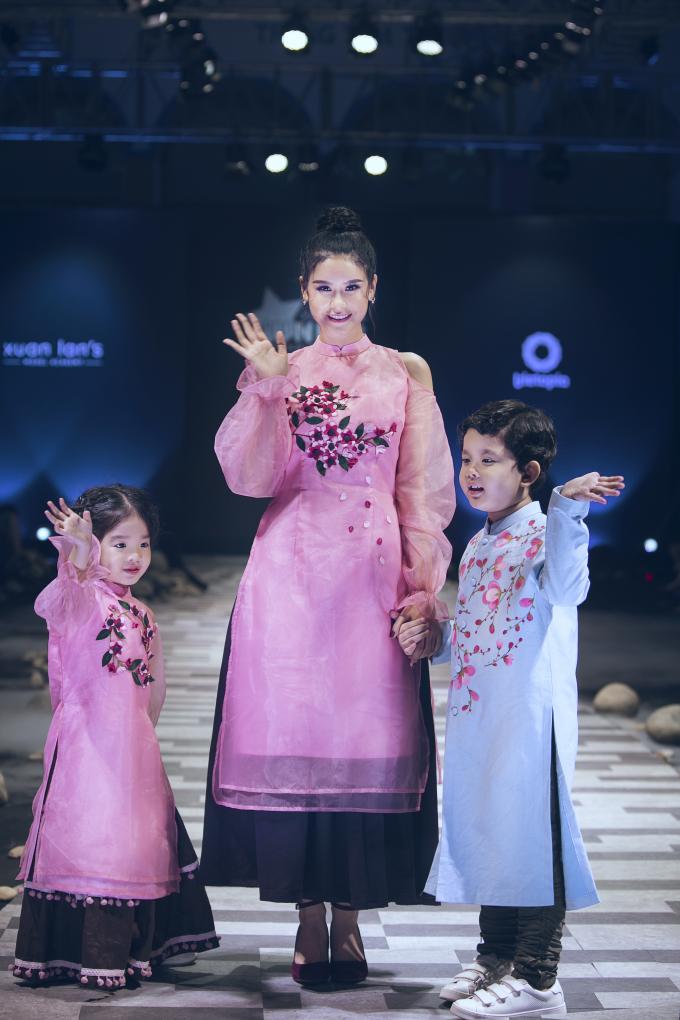 """Hương Giang cùng """"tiểu công chúa"""" thu hút mọi ánh nhìn trên sàn diễn thời trang"""